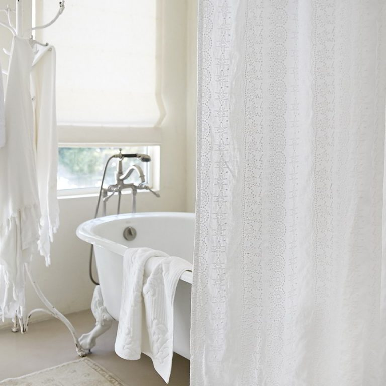 Shabby Chic Bathroom With Curtain Lace